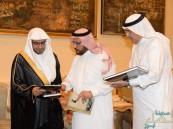 بالصور: أسرة الجعفري الطيار تستقبل الشيخ المغامسي وتهديه مؤلفات أبنائها