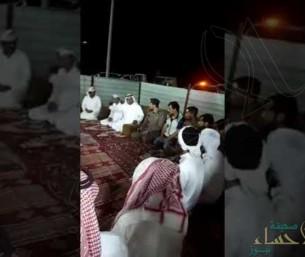 """شاهد.. محافظ الخرخير يطالب سكان """"الهناقر"""" بإخلاء منازلهم خوفاً من """"ميكونو"""""""