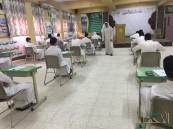 """""""الدالوة"""" الثانوية تستقبل طلابها بالحلوى في أول أيام الاختبارات"""
