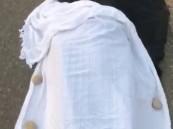 شاهد بالفيديو: كارثة إنسانية.. فرقة إسعاف ترمي بجثة مقيم في الطريق العام!!