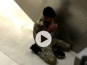 """بين أروقة المسجد الحرام .. شاهد ماذا فعل """"رجل أمن"""" بعد أن فرغ من عمله؟!"""