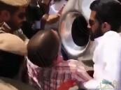 شاهد.. حقيقة رفع رجال الأمن لشخص ميت لتقبيل الحجر الأسود!!