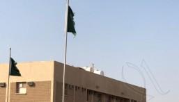 في حالة يُرثى لها … جهة تترك أعلام الوطن ممزقة شرق الأحساء (صور)