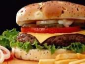 """دراسة : اللحوم المصنعة مثل """"الهوت دوج"""" """"والهمبرجر"""" تهدد خصوبة الرجال"""