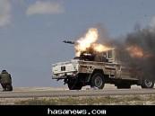 سيارة تابعة للثوار الليبين أثناء إطلاقها صواريخ ضد قوات مالية للزعيم الليبي القذافي (AFP )