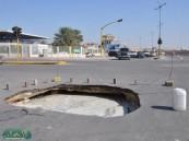 .. هبوط أرضي كبير في أحد شوارع مدينة المبرز يتربص بالسيارات و يهدد أرواح المارة بالخطر  .