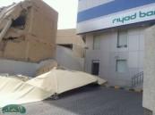 إصابة سياره مواطن بتلفيات كبيرة نتيجة انهيار جدار مبنى تحت الترميم