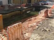 مواطن بحي العزيزية بالهفوف يتذمر من تجمع لمياه المجاري أمام منزله .