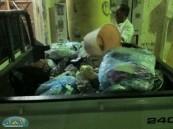معاق يقوم بإزالة القمامة من الشارع المجاور لمنزله  .