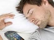 الاحتفاظ بالجوال داخل غرف النوم يسبب الأرق