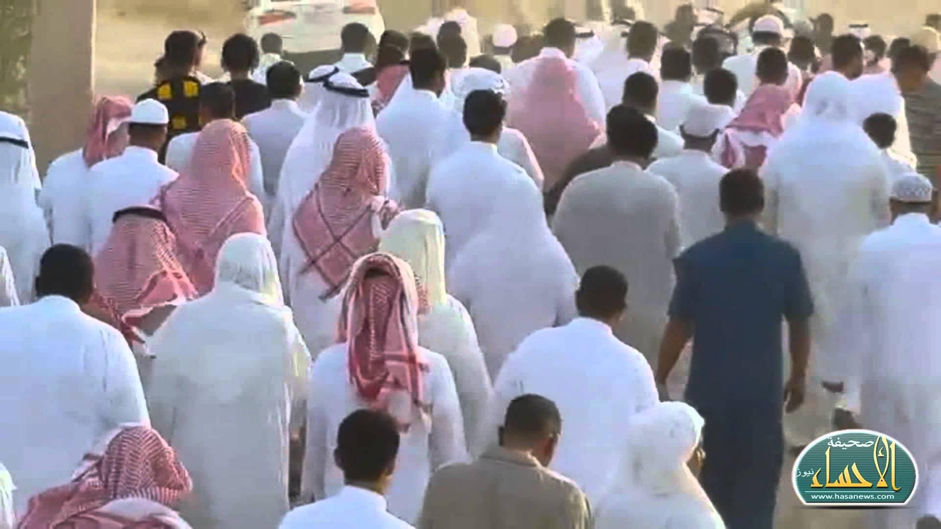 """بالفيديو… في جنازة مهيبة """"الأحساء"""" تودع مغدورها """"أحمد"""""""