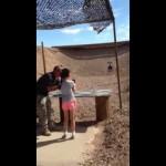 بالفيديو … يدرب طلفلة على الرماية فقتلته بالخطأ
