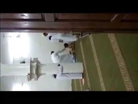 بالفيديو.. مدرس يعتدي على طالب حلقة تحفيظ بوحشية أمام زملائه
