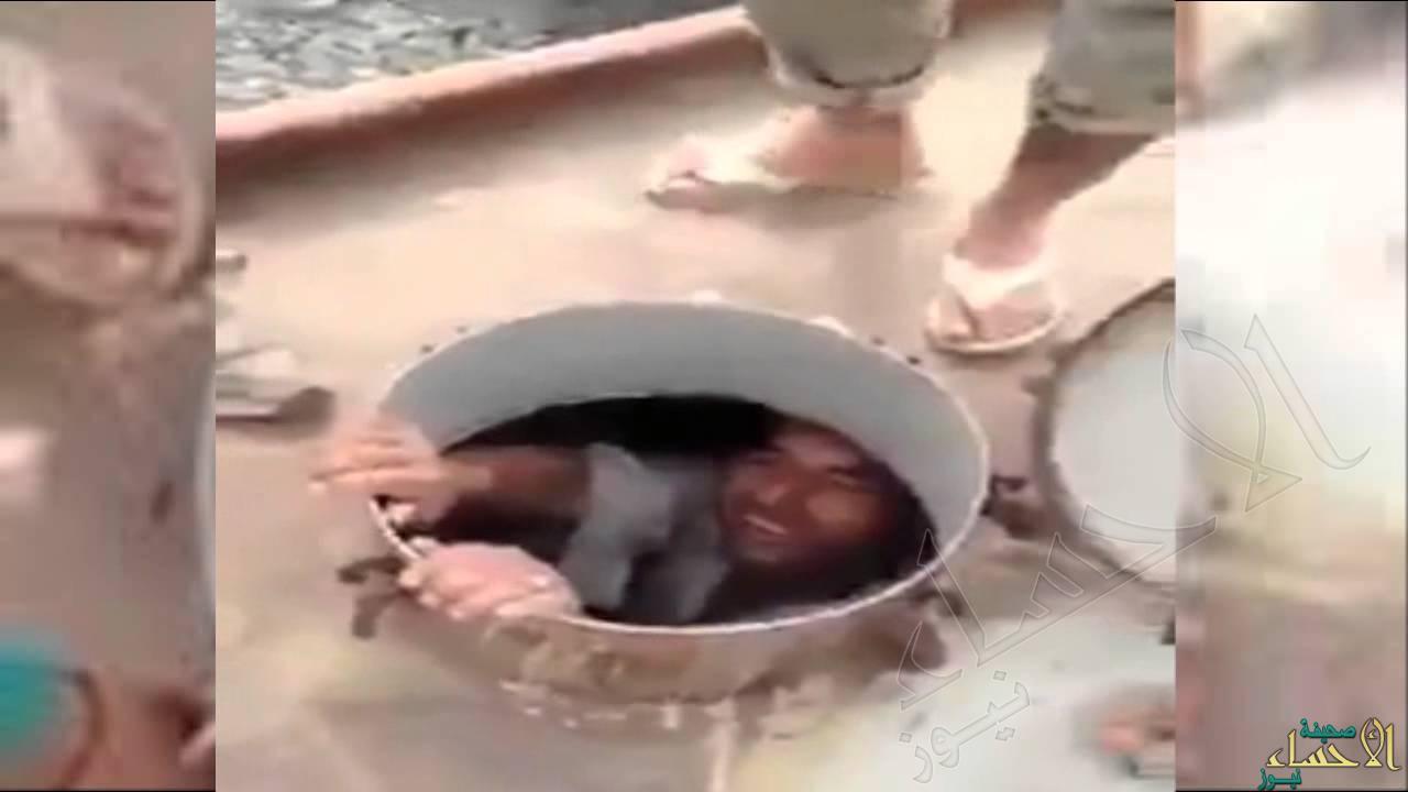 بالفيديو.. إنقاذ أفغاني علق داخل خزان مياه