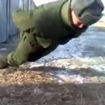 بالفيديو … جندي روسي يمارس تمرين الضغط دون استخدام يديه