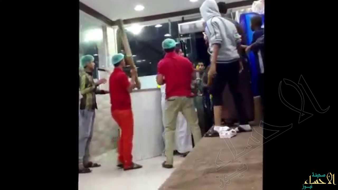 بالفيديو… في #الأحساء شجار عنيف بين مواطين و وافدين