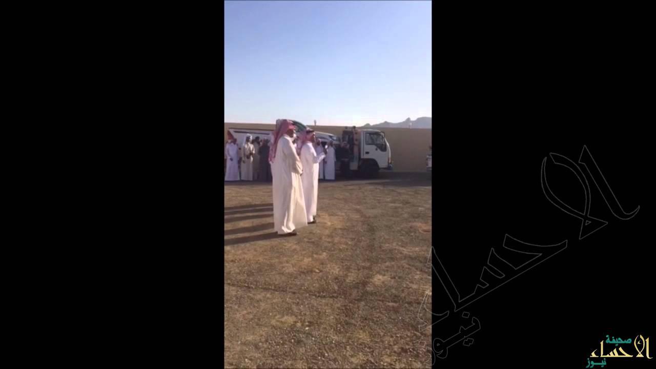 بالفيديو … موظفو شركة يعوضون زميلهم بسيارة جديدة عن التي دُمرت بقذيفة حوثية