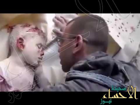 """شاهد.. كيف ودع أب سوري ابنه بعد مقتله في غارة تابعة لقوات """"الأسد"""""""