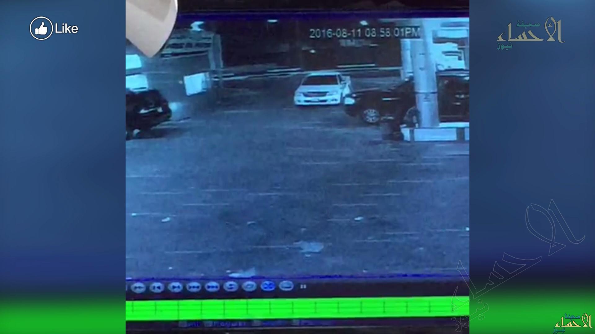 """في #الأحساء """"مفحط"""" يقتحم مغسلة سيارات ويصدم مواطن ينتظر سيارته!!"""