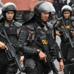 Anti-riot police secure central park during a rally in Jakarta on February 11, 2017, ahead of next week's Jakarta governor election. Thousands of Islamic hardliners are expected to congregate at a major Jakarta mosque on February 11 for a group prayer. But authorities fear a repeat of the huge demonstrations of conservative Muslims seen last year against governor Basuki Tjahaja Purnama, who is on trial for allegedly insulting Islam over comments he made on the campaign trail. / AFP PHOTO / Bay ISMOYO
