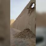 """⛔ شاهد بالفيديو.. الأمطار تُسقط سور """"قصر إبراهيم"""" وسياحة الأحساء تلتزم الصمت!"""