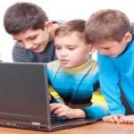 أطفال يستخدمون الكمبيوتر