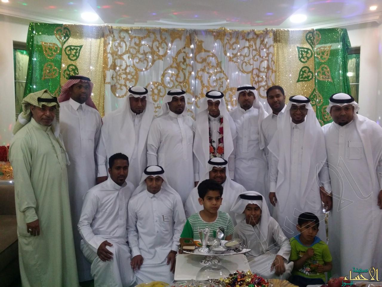 العريس يتوسط أهله