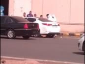 بالفيديو.. متجمهرون يساعدون فتاة على الهرب من رجال الهيئة بالمدينة