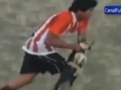 """بالفيديو … حكم يطرد لاعب بسبب """"كلب""""!"""