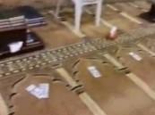 بالفيديو … 500 ريال لكل مصلِ بالصف الأول