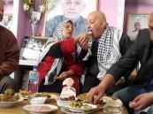 فلسطينية تطعم أبنها المحرر من أسر ٢٩ عاماً تثير الإعجاب
