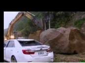 سائق ينجو باعجوبة من انجراف التربة في تايوان – فيديو