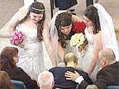 حزن وفاة والدتهن .. تلا فرح زواج 3 شقيقات في مشهد إنساني مؤثر