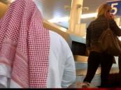 أمريكية تتقدم بشكوى ضد سعودي طالبها بتغطية شعرها في مطار الرياض!