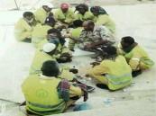 (صورة) جندي يطعم عمال نظافة ويقاسمهم الطعام.. الأكثر إعجاباً