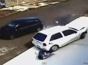 بالفيديو …  نجاة طفل وجدته من الموت المحقق