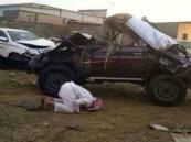 صورة .. شاب يسجد لله بعد نجاته من حادث مروري مروع