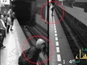 فتاة تسقط تحت قطار ثم تقوم وهي تنفض الغبار عن ثيابها