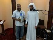"""إمام مسجد """"العودان"""" بالسلمانية يكرم المشاركين في تفطير الصائمين"""