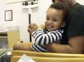 بالفيديو … طبيب يحقن طفلاً بمداعبة دون بكاء