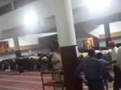 بالفيديو.. الخلاف يدفع بإمامين الى اقامة الصلاة في مسجد واحد وكلاً يصلى بجماعته!
