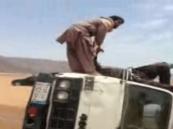 بالفيديو.. باكستاني يحاول الانتحار والاصطدام بالسيارات جنوب المملكة