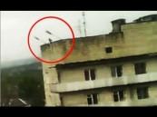 بالفيديو … سقوط لص من ارتفاع شاهق ووفاته