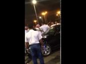 بالفيديو.. عضو «هيئة» يعتدي على بريطاني.. وسيارة «مصفحة» تنقذه!