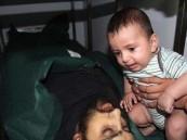 صورة.. رضيع فلسطيني يودع والده الشهيد.. الأكثر تأثيراً