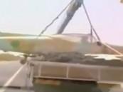 بالفيديو.. ليبي يستولي على طائرة حربية وينقلها لمنزله