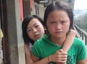 بالصور … طفلة تضرب مثالاً للصداقة بحمل صديقتها المعاقة للمدرسة 3سنوات