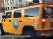 سيارة همر عليها شعار الهيئة في أمريكا تذكِّر بأوقات الصلاة