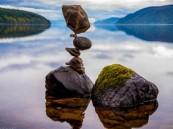 بالصور..  أمريكي يوازن الصخور بشكل يتحدى الجاذبية