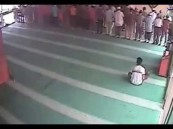 بالفيديو … سطو على مسجد أثناء إقامة الصلاة
